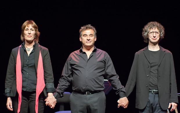 Llúcia Vives, Eduard Fernández y Eduard Iniesta en el Teatro Calderón de Alcoi, durante la clausura de la vigésima edición del festival BarnaSants. © Xavier Pintanel