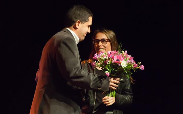 El alcalde de Alcoi, Toni Francés, le entrega un ramo de flores a Jana Montllor, una de las responsables del espectáculo e hija menor de Ovidi. © Xavier Pintanel