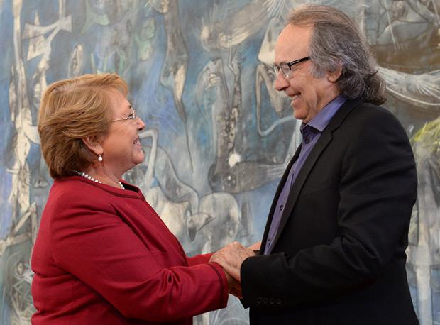 La Presidenta de la República de Chile, Michelle Bachelet, se ha reunido hoy con Joan Manuel Serrat en el Salón de Audiencias del Palacio de La Moneda. © Gobierno de Chile