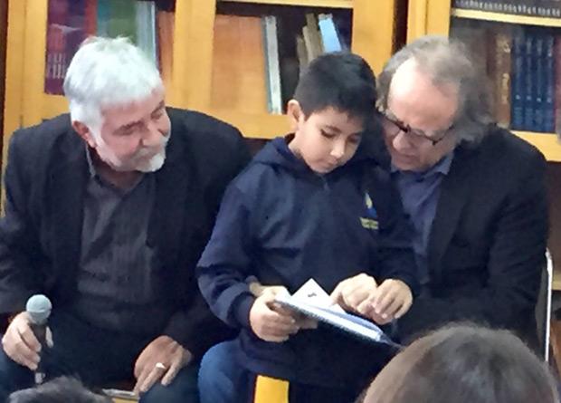 Joan Manuel Serrat, acompañado de Jorge Coulón, en su visita al colegio Sol del Inti-Illimani en La Florida. © Inti-Illimani