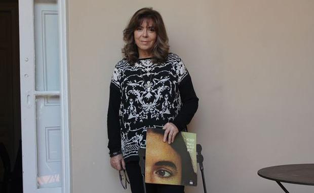 Maria del Mar Bonet esta mañana en la conferencia de prensa, sostiene un ejemplar de «Alenar».