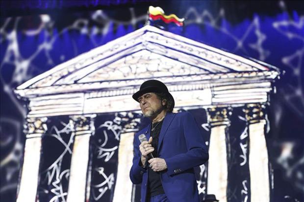 Joaquín Sabina durante su concierto hoy en el Barclaycard Center de Madrid, donde finaliza su gira «500 noches para una crisis». © EFE