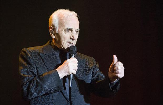 El embajador de la canción francesa, Charles Aznavour, en el concierto ofrecido esta noche en el Palacio de los Deportes de la Comunidad de Madrid. © EFE