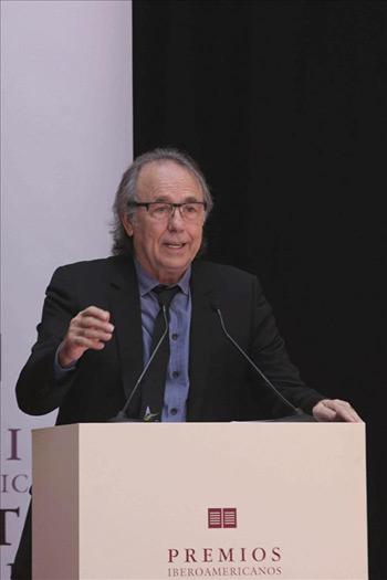 Joan Manuel Serrat agradeciendo el Premio Iberoamericano de la Música Cortes de Cádiz. © EFE