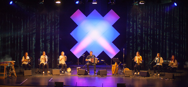 Kepa Junkera y Sorginak en el concierto inaugural de la segunda edición del EXIB Música en el Auditorio de AlhóndigaBilbao. La Cruz del Sur, al fondo, símbolo del festival, preside el acto. © Xavier Pintanel