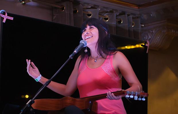 La peruana Miriam Quiñones ofreció un encuentro musical en el Café La Granja. © Xavier Pintanel