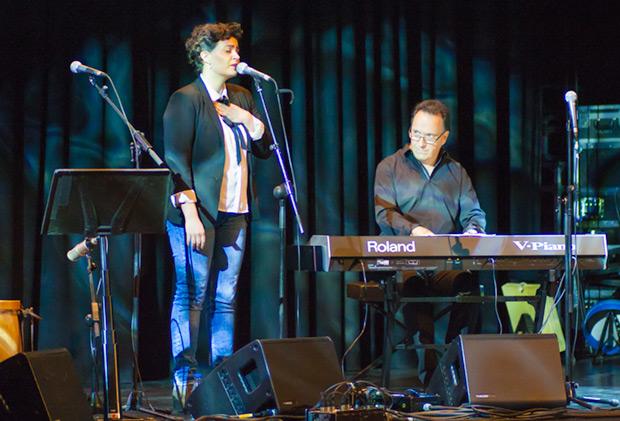 El pianista y compositor Iñaki Salvador acompañó a la cantante Ainara Ortega que interpretó piezas del cancionero argentino y una brillante versión de «Txoria txori» de Mikel Laboa. © Xavier Pintanel