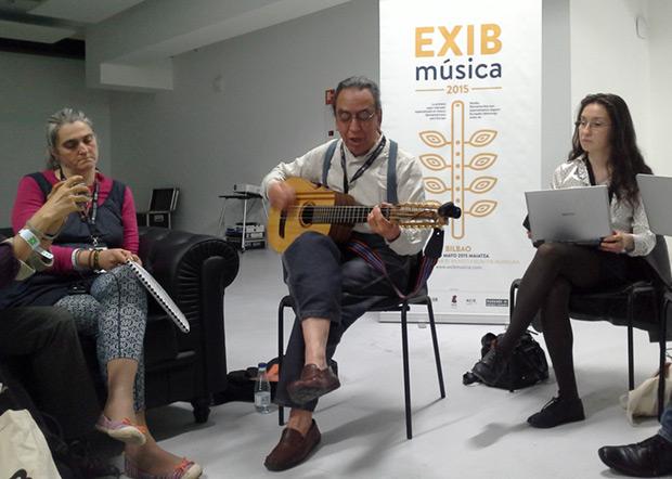 El maestro Osvaldo Torres, ilustró acompañado por el ajayu —instrumento de su invención—, sus intervenciones sobre el uso del aymara en la música del norte de Chile. © Xavier Pintanel