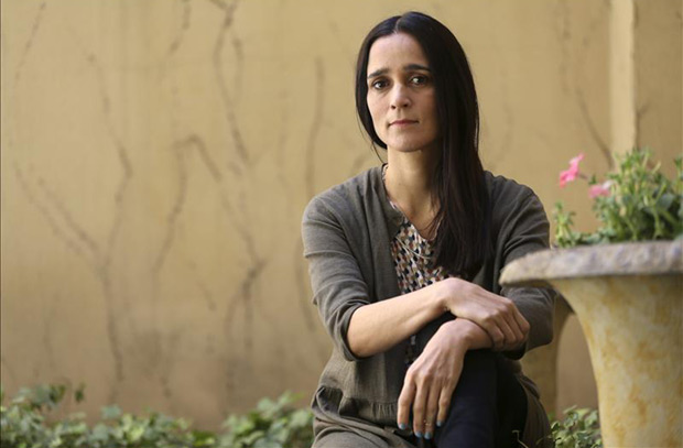 La artista mexicana Julieta Venegas, durante una entrevista con Efe con motivo del lanzamiento en agosto de su nuevo álbum, «Algo sucede». © EFE