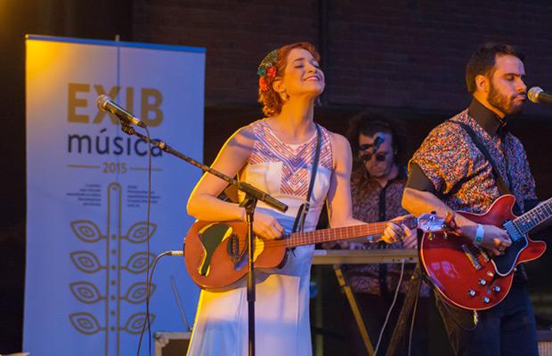 La venezolana Laura Guevara con su curioso cuatro eléctrico, una voz a tener en cuenta en el nuevo panorama musical iberoamericano. © Xavier Pintanel