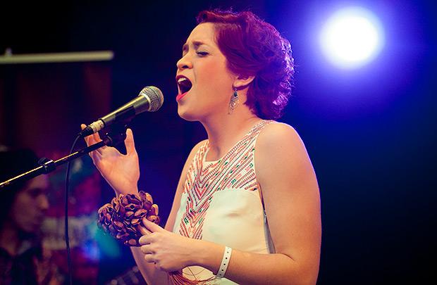 La venezolana Laura Guevara sorprendió con su potente voz y una propuesta fresca y joven. © Xavier Pintanel
