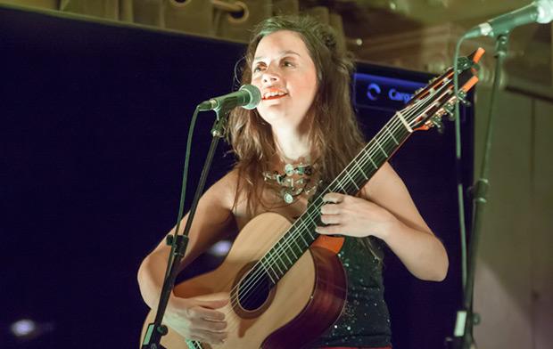 La argentina Cecilia Zabala lució una potente y afinada voz y, sobretodo, una excelente técnica guitarrística con su guitarra de siete cuerdas. © Xavier Pintanel
