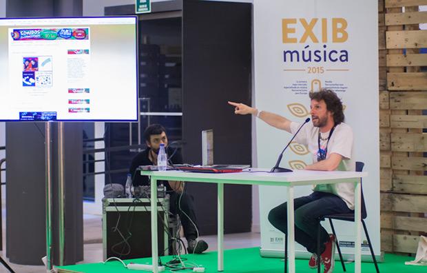 Por la mañana siguieron las microconferencias. En la foto Nicolás Falcoff presenta su sello discográfico SuraMúsic. © Xavier Pintanel