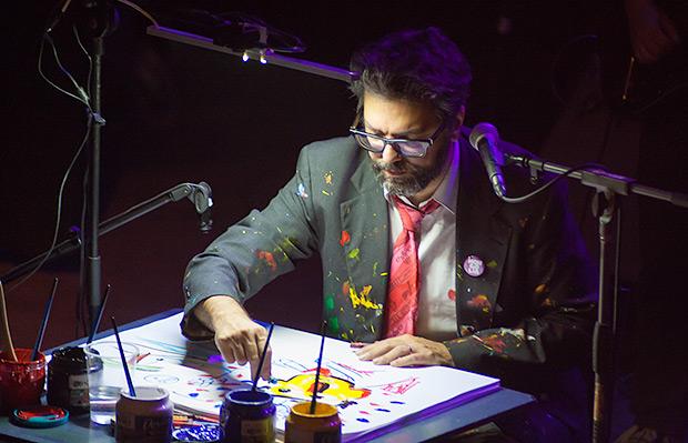 En el fondo del escenario una gran pantalla proyecta lo que el dibujante Ricardo Siri «Liniers» pinta sobre la marcha, ilustrando las canciones de Kevin Johansen. © Xavier Pintanel