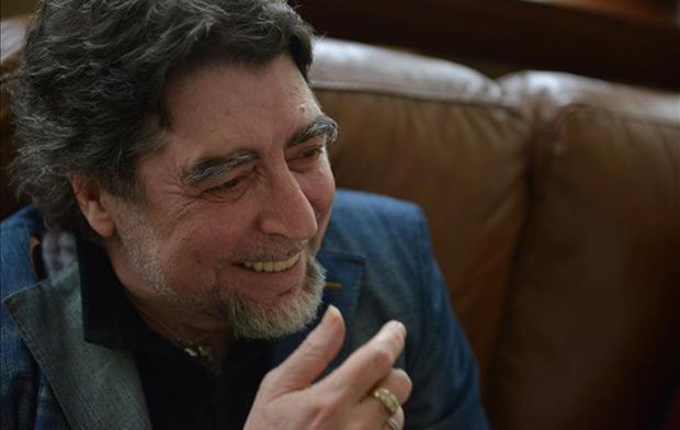 El cantautor y poeta español Joaquín Sabina habla durante una entrevista con Efe en Panamá. © EFE
