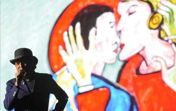 El cantautor español Joaquín Sabina durante en su primer concierto en Panamá, titulado «500 noches para unas crisis», en el Centro de Convenciones Atlapa, en Ciudad de Panamá. © EFE