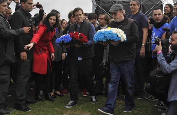 El candidato a jefe de Gobierno porteño por el FPV, Mariano Recalde, participó junto al cantautor cubano Silvio Rodríguez de una breve ceremonia de homenaje a la memoria del político y poeta José Martí. © Télam