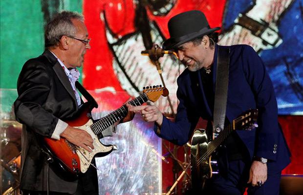 Joaquín Sabina (d) con Antonio García de Diego (i) durante el concierto de su gira latinoamericana «500 noches para una crisis» en Bogotá (Colombia). © EFE