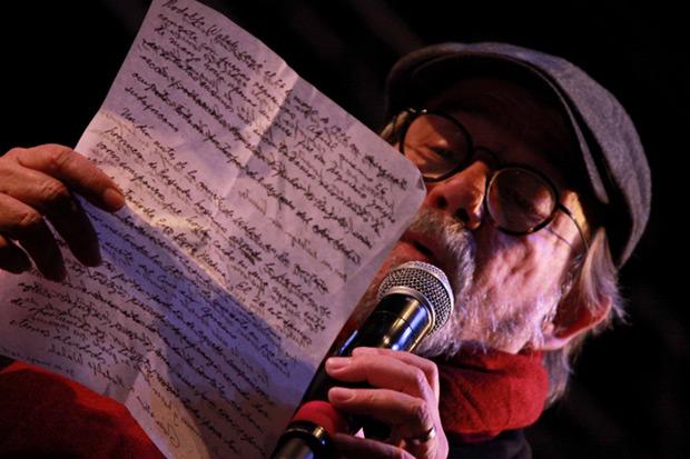 Silvio Rodríguez lee su discurso de aceptación del Premio Rodolfo Walsh. © Facultad de Periodismo y Comunicación Social de la UNLP