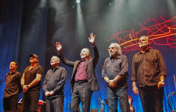 De izquierda a derecha: Ray Ferrer, David Palau, Ricard Miralles, Joan Manuel Serrat, Josep Mas «Kitflus» y Vicente Climent. © Carles Gràcia Escarp