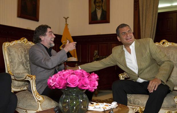 Joaquín Sabina durante su reunión con el presidente ecuatoriano, Rafael Correa, hoy miércoles 3 de junio de 2015, en Quito (Ecuador), en el marco de su gira «500 noches para una crisis». © Cecilia Puebla