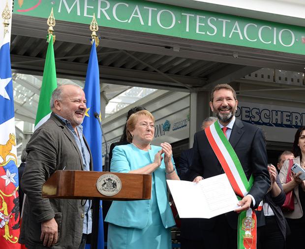 De izquierda a derecha: Horacio Salinas, director del Inti-Illimani Histórico; Michelle Bachelet, presidenta de la República de Chile; e Ignazio Marino, alcalde de Roma; en el Mercado Testaccio. © Alex Ibáñez/Gobierno de Chile
