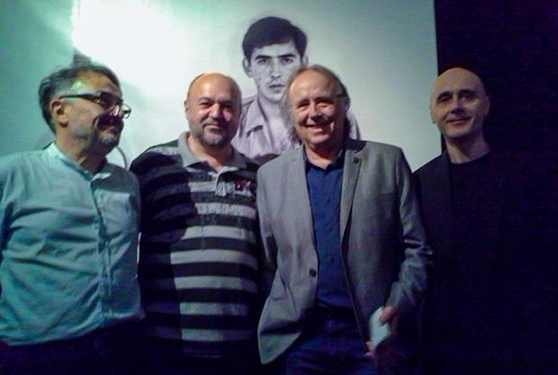 Joan Manuel Serrat con los comisarios de la exposición. De izquierda a derecha: Miquel Jurado, Fermí Puig, Joan Manuel Serrat y Lluís Marrasé. © Xavier Pintanel