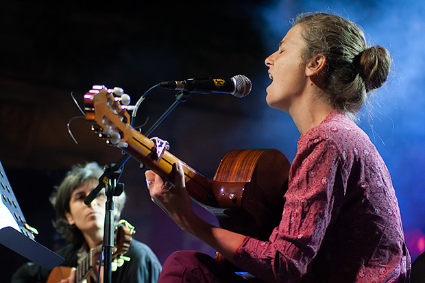 La ampurdanesa Rusó Sala presentó temas de su recién estrenado disco «Fil de coure», un trabajo extraordinario que no debiera pasar desapercibido entre los amantes de la canción de autor. De Ovidi interpretó «Sol d