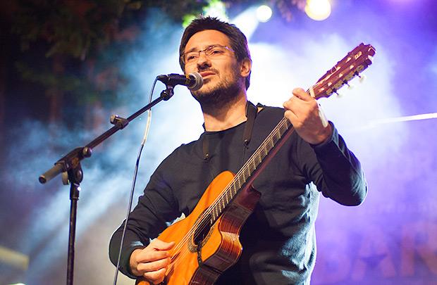 Hugo Mas, nacido en Alcoi como Ovidi, presentó canciones de su disco «Pentápolis»; un tema del film «Héctor», que fue protagonizada por Ovidi Montllor; y «El meu poble Alcoi». © Xavier Pintanel