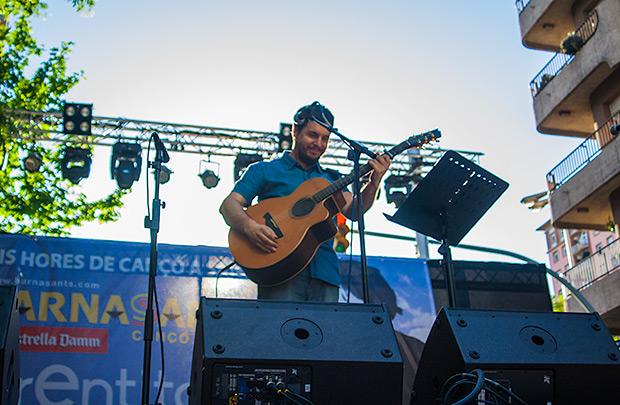 El valenciano Pau Alabajos abrió el concierto ofreciendo algunos de sus temas de su último CD «#Paualpalau» y una versión del «M