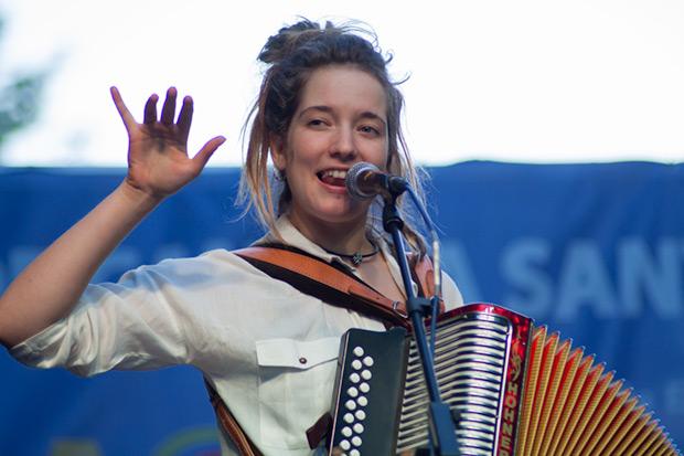 Alidé Sans fue la participante más joven del concierto «Sis hores de Cançó». Ella y Enric Hernàez abrieron la décimo octava edición del Festival BarnaSants en enero de 2013 y desde entonces sigue creciendo como artista. © Xavier Pintanel