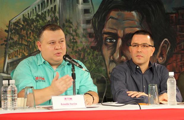 El vicepresidente ejecutivo de la República Bolivariana de Venezuela, Jorge Arreaza (derecha); con el ministro de Cultura Reinaldo Iturriza (izquierda). © Ministerio del Poder Popular para la Cultura