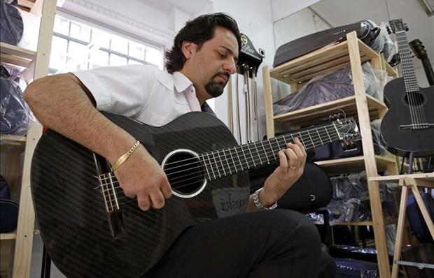 Enrique Bermúdez, guitarrista del Ballet Nacional de España, auténtico defensor de las guitarras de fibra de carbono, prueba uno de los instrumentos fabricados en este material por Jerzy Dlutowski, en el pequeño taller de este segundo situado en un barrio madrileño. © EFE