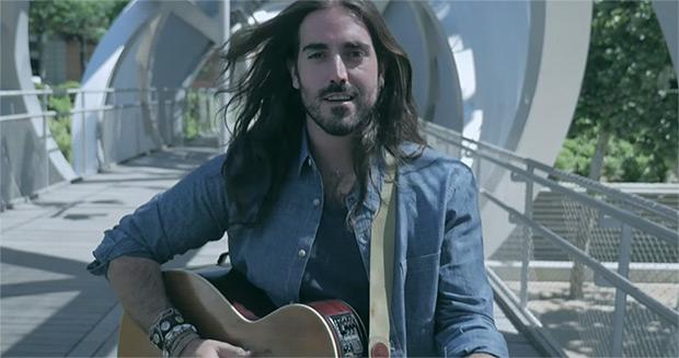 Andrés Suárez en un fotograma del vídeo de «Voy a volver a quererte».