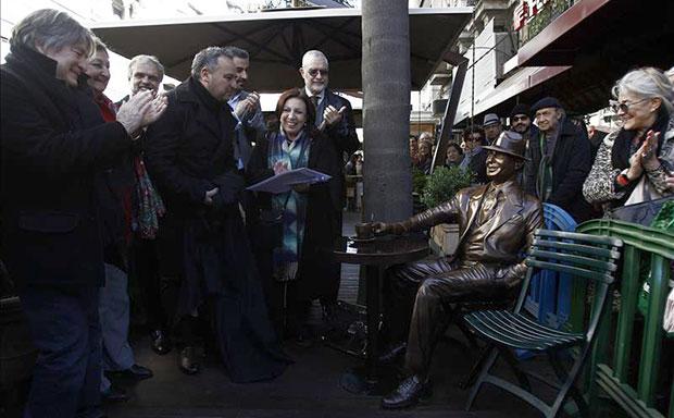 El artista plástico uruguayo Alberto Morales Saravia (4-i); la ministra de Turismo, Liliam Kechichián (2-i); subsecretario de Relaciones Exteriores, José Luis Cancela (3-i); la intendenta de Montevideo, Ana Olivera (6-i), y el subsecretario de Turismo, Benjamín Liberoff (7-i), develan el monumento a Carlos Gardel inaugurado en las céntricas calles 18 de Julio y Yi, en Montevideo (Uruguay). © EFE