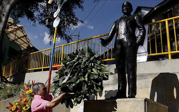 Un hombre deja una corona de laurel durante un homenaje por el 80 aniversario de la muerte de Carlos Gardel este miércoles 24 de junio de 2015, en Medellín (Colombia). © EFE