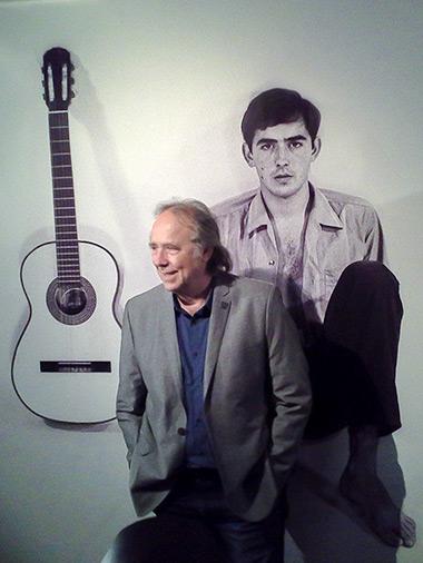 Joan Manuel Serrat visitando la muestra «Serrat, 50 años de canciones». © Xavier Pintanel