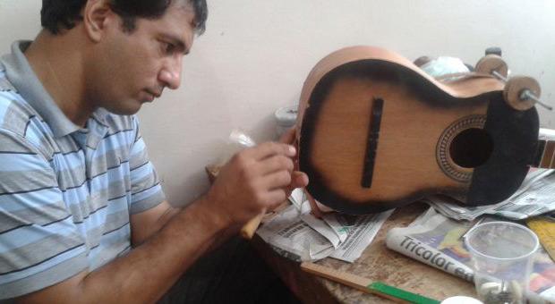 Taller-Escuela de Luthería Antonio Torrealba: Construyendo un cuatro.