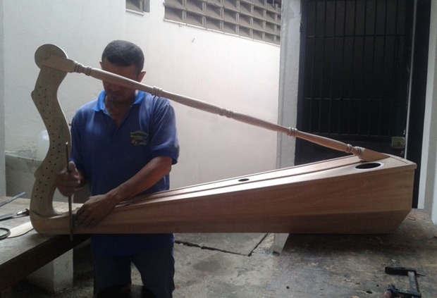 Taller-Escuela de Luthería Antonio Torrealba: Construyendo un arpa.