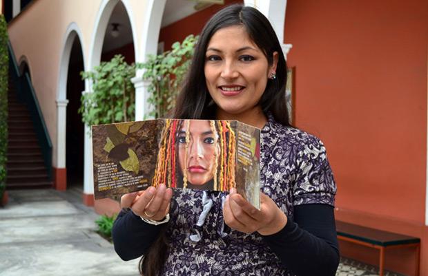 Magaly Solier con un ejemplar de «Coca Quintucha», su nuevo disco. © ANDINA