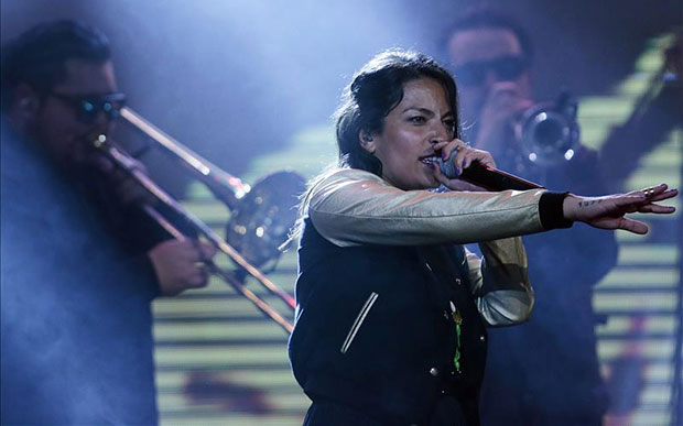 Anita Tijoux durante la entrega de los premios Pulsar, el primer certamen exclusivamente enfocado en la música chilena. © EFE