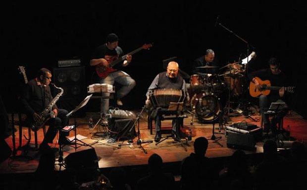 El bandoneonista salteño Dino Saluzzi con su quinteto, comenzó el ciclo de conciertos en el Café Vinilo del barrio porteño de Palermo. © Ramiro Gómez | Télam