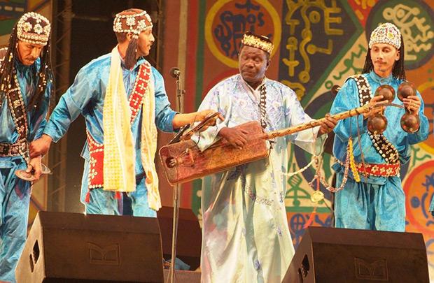 Mahmud Guinea con su guembri.