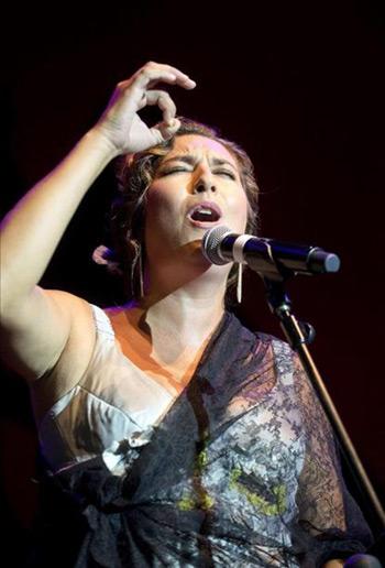 La cantaora Estrella Morente durante su actuación tras pronunciar el pregón que anoche dio el pistoletazo de salida de la LV edición del Festival Internacional del Cante de las Minas que se celebra en La Unión (Murcia). © EFE