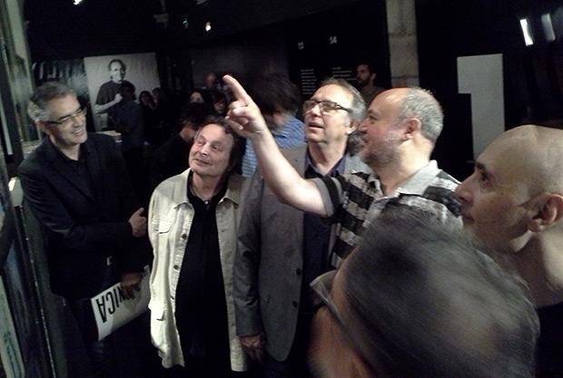 Fermí Puig muestra a Joan Manuel Serrat portadas internacionales de sus discos en la inauguración de la exposición «Serrat, 50 anys de cançons». © Xavier Pintanel