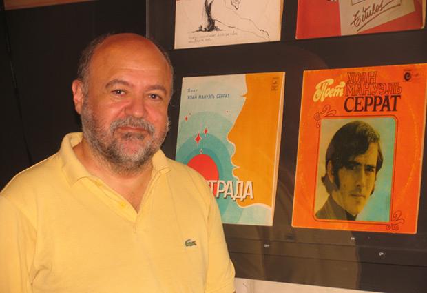 Fermí Puig frente a una de las «joyas» de su colección, una edición soviética de los primeros «éxitos» de Serrat en castellano. © Manel Gausachs