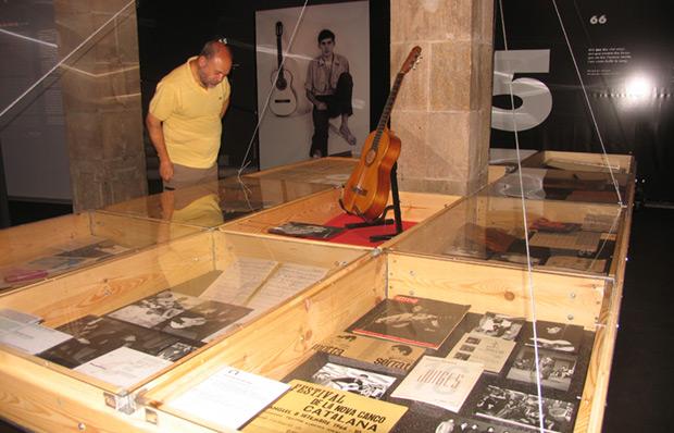 Puig frente a la primera guitarra de Serrat en el ámbito temático dedicado a los primeros años del cantautor. © Manel Gausachs