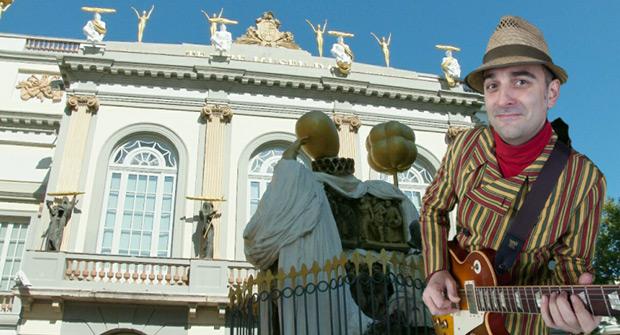 Fotomontaje con Joan Miquel Oliver ante el Teatre-Museu Dalí en Figueres. © Acústica