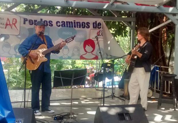 Vicente Feliú con Sílvia Comes en uno de los primeros conciertos en Cuba de la catalana.