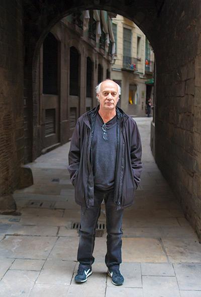 Joan Isaac en las calles del Raval de Barcelona. © Xavier Pintanel
